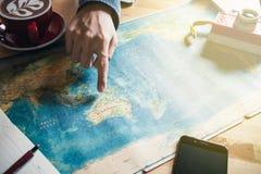 Apontar em um país no mapa do mundo F?rias do planeamento foto de stock royalty free
