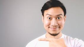 Apontar no copyspace vazio com a cara feliz do sorriso imagem de stock