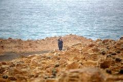 Aposentado fêmea que toma fotos de formações da pedra calcária imagens de stock