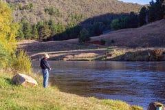 Aposentado que aprecia a pesca no rio bonito imagens de stock