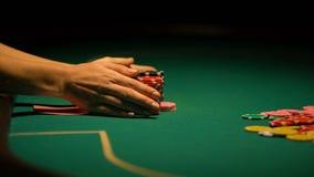 Aposta crescente do jogador apesar de combinação perdedora no pôquer, blefando, má sorte vídeos de arquivo