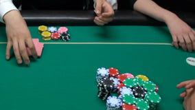 Aposta mal sucedida, crouoier que toma as microplaquetas, perda de jogadores, jogo de pôquer da vitória do casino vídeos de arquivo