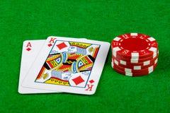 Apostando microplaquetas e mão do vinte-e-um Imagens de Stock Royalty Free