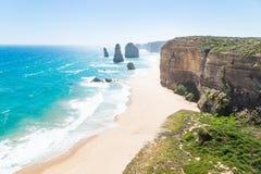 12 Apostels с пляжем и травой на большой дороге океана, Викторией, Австралией Стоковое Изображение