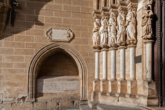 Apostelstatyer som förläggas på vänstra sidan av den Evora domkyrkaportalen i Portugal Arkivfoton