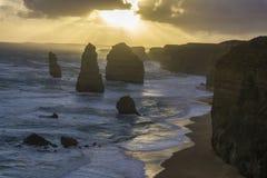12 apostlar längs den stora havvägen på solnedgången Royaltyfri Fotografi