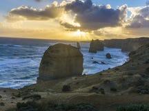 12 apostlar längs den stora havvägen på solnedgången Arkivfoton