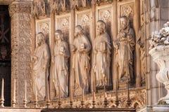Apostolate av den v?stra fasaden av domkyrkan av toledo royaltyfria bilder