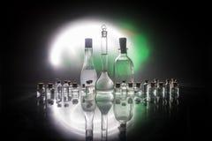 Apotek- och kemitema Glass flaska för prov med lösningen i forskningslaboratorium Vetenskaps- och läkarundersökningbakgrund labor royaltyfria foton