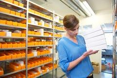 Apotekanställd som söker för medicin Royaltyfri Fotografi