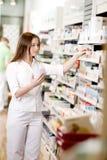 Apotekare Filling Prescription Arkivbild