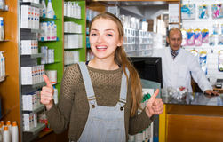 Apotekare och klient i apotek Arkivbild