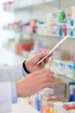 Apotekare Reading Prescription Arkivbild