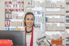 Apotekare som arbetar i ett apotek Arkivfoto