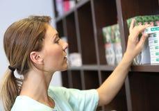Apotekare som arbetar på apoteket royaltyfria bilder