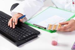 Apotekare under arbete i apotek Arkivbild