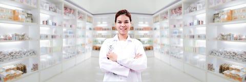 Apotekarekemist och kvinna asia för medicinsk doktor med stethoscop royaltyfria bilder
