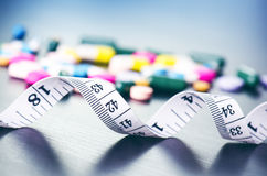 Apotekbakgrund på en svart tabell med att mäta bandet svarta tablets för bakgrund pills Medicin och sunt för kaliberclose för 45  Royaltyfri Fotografi