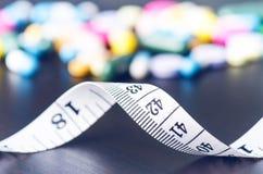 Apotekbakgrund på en svart tabell med att mäta bandet svarta tablets för bakgrund pills Medicin och sunt för kaliberclose för 45  Arkivfoton