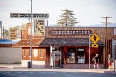 Apoteket i den historiska byn av ensamt s?rjer - ENSAMT S?RJA CA, USA - MARS 29, 2019 arkivfoton