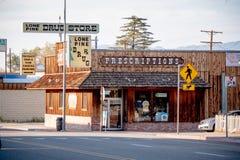 Apoteket i den historiska byn av ensamt s?rjer - ENSAMT S?RJA CA, USA - MARS 29, 2019 royaltyfri fotografi