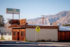 Apoteket i den historiska byn av ensamt s?rjer - ENSAMT S?RJA CA, USA - MARS 29, 2019 fotografering för bildbyråer