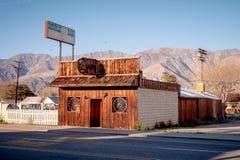 Apoteket i den historiska byn av ensamt s?rjer - ENSAMT S?RJA CA, USA - MARS 29, 2019 royaltyfria foton