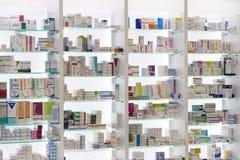 Apotekkabinetter med medicin- och drogminnestavlor och mattillsatser royaltyfri bild
