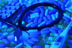 Apotektema Mångfärgade isolerade preventivpillerar och kapslar på den vita yttersidan Royaltyfri Foto