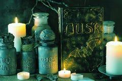 Apothecary ведьмы раздражает украшение хеллоуина книги волшебных зелиь Стоковое Фото
