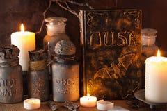 Apothecary ведьмы раздражает украшение хеллоуина книги волшебных зелиь Стоковая Фотография RF