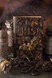 Apothecary ведьмы раздражает украшение хеллоуина книги волшебных зелиь Стоковые Изображения