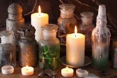 Apothecary ведьмы раздражает украшение хеллоуина книги волшебных зелиь Стоковые Изображения RF