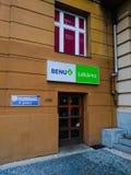 Apotheek, groen kruis, verkoop van drugs in Praag stock foto