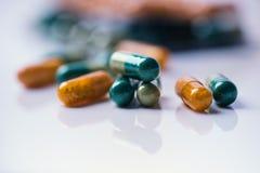 Apotheekachtergrond op een witte lijst Tabletten op een witte achtergrond Pillen Geneeskunde en gezond Sluit omhoog van capsules  stock fotografie