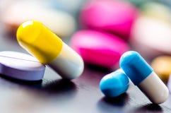 Apotheekachtergrond op een zwarte lijst Tabletten op een zwarte achtergrond Pillen Geneeskunde en gezond Sluit omhoog van capsule Stock Fotografie