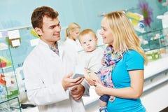 Apotheekchemicus en vrouw in drogisterij stock foto