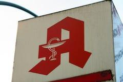 Apotheke, σημάδι καταστημάτων φαρμακείων στα γερμανικά Στοκ Φωτογραφίες
