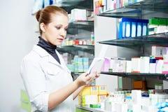 Apothekechemikerfrau im Drugstore Stockfotos