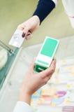 Apothekendrogen, die mit Plastikkarte kaufen Stockfoto