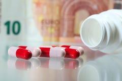 Apothekenindustrieantibiotika und -geld Stockfoto