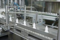 Apothekenmedizin-Plastikflaschentransporteinrichtung Stockfoto