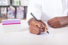 Apotheker of arts die met tabletpakket schrijven met exemplaarruimte Royalty-vrije Stock Afbeelding