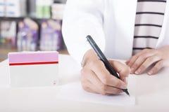 Apotheker of arts die met tabletpakket schrijven met exemplaarruimte Stock Fotografie