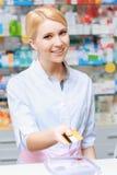 Apotheker, der am Drugstore arbeitet Lizenzfreies Stockbild