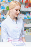 Apotheker, der am Drugstore arbeitet Stockfoto