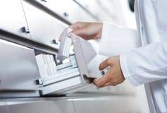 Apotheker, der für Medizin erreicht stockfotografie