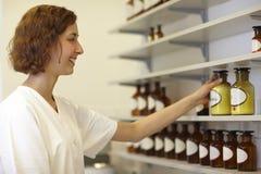 Apotheker, der Flasche nimmt lizenzfreie stockfotos