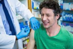 Apotheker die injectie geven aan patiënt Royalty-vrije Stock Foto