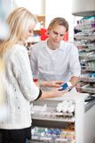 Apotheker Helping Customer Lizenzfreie Stockfotos